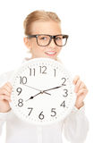 Muchacha que sostiene el reloj grande Imagen de archivo