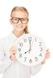 Muchacha que sostiene el reloj grande Imágenes de archivo libres de regalías