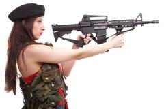 Muchacha que sostiene el rifle islated en el fondo blanco Imágenes de archivo libres de regalías