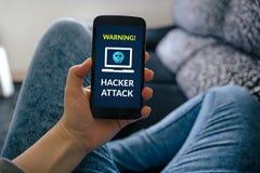Muchacha que sostiene el teléfono elegante con concepto del ataque del pirata informático en la pantalla foto de archivo