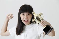 Muchacha que sostiene el trofeo foto de archivo