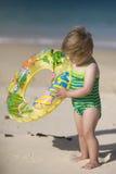 Muchacha que sostiene el tubo inflable. foto de archivo libre de regalías