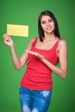 Muchacha que sostiene la bandera del papel en blanco Foto de archivo libre de regalías