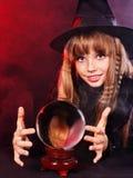 Muchacha que sostiene la bola de cristal. Fotos de archivo libres de regalías