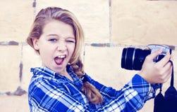 Muchacha que sostiene la cámara Fotos de archivo libres de regalías
