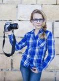 Muchacha que sostiene la cámara que rompe un selfie Fotos de archivo