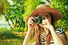 Muchacha que sostiene la cámara retra Foto de archivo