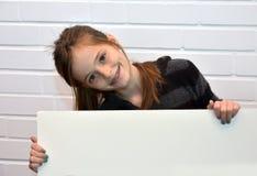 Muchacha que sostiene la cartelera fotos de archivo libres de regalías