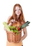 Muchacha que sostiene la cesta de mimbre con las verduras Fotos de archivo libres de regalías