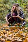 muchacha que sostiene la cesta llena de manzanas Imagen de archivo libre de regalías