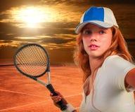 Muchacha que sostiene la estafa de tenis en el cielo del sol con las nubes Imágenes de archivo libres de regalías