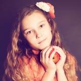 Muchacha que sostiene la fruta de Apple Foto de archivo libre de regalías