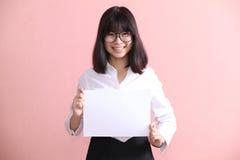 Muchacha que sostiene la hoja en blanco Imágenes de archivo libres de regalías