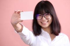 Muchacha que sostiene la hoja en blanco Foto de archivo libre de regalías
