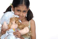 Muchacha que sostiene la muñeca bonita Fotografía de archivo