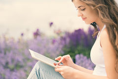 Muchacha que sostiene la tableta electrónica Imagenes de archivo