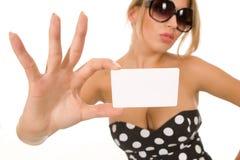 Muchacha que sostiene la tarjeta de visita en blanco Imagen de archivo libre de regalías