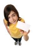 Muchacha que sostiene la tarjeta en blanco Foto de archivo