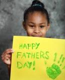 Muchacha que sostiene la tarjeta hecha a mano del día de padres Imagenes de archivo