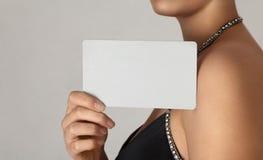 Muchacha que sostiene la tarjeta vacía Fotos de archivo libres de regalías