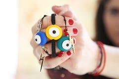 muchacha que sostiene las pulseras del mal de ojo imágenes de archivo libres de regalías