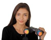 Muchacha que sostiene los prismáticos Foto de archivo