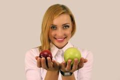 Muchacha que sostiene manzanas rojas y verdes Imágenes de archivo libres de regalías