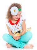 Muchacha que sostiene pollos del bebé Fotografía de archivo libre de regalías