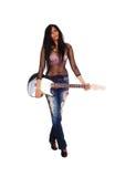 Muchacha que sostiene su guitarra. Fotografía de archivo libre de regalías