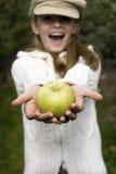 Muchacha que sostiene un Apple Imagen de archivo
