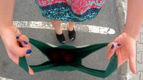 Muchacha que sostiene un bolso almacen de video