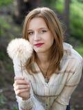 Muchacha que sostiene un diente de león gigante Imagen de archivo libre de regalías
