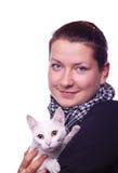 Muchacha que sostiene un gato Fotografía de archivo libre de regalías