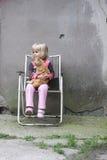Muchacha que sostiene un gato imagenes de archivo