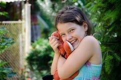 Muchacha que sostiene un juguete Foto de archivo