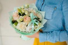 Muchacha que sostiene un ramo de flores blancas imagenes de archivo