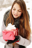 Muchacha que sostiene un regalo Fotos de archivo
