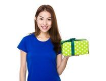 Muchacha que sostiene un regalo Imágenes de archivo libres de regalías