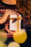 Muchacha que sostiene un regalo de la Navidad Fotos de archivo
