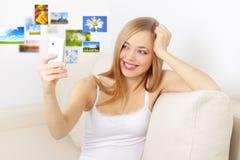 Muchacha que sostiene un teléfono móvil Imágenes de archivo libres de regalías