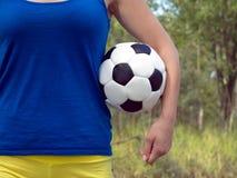 Muchacha que sostiene una bola colorida de los deportes del fútbol clásico para el fútbol Foto del primer Fotografía de archivo libre de regalías