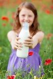 Muchacha que sostiene una botella de leche fresca Foto de archivo