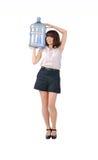 Muchacha que sostiene una botella plástica Fotografía de archivo libre de regalías