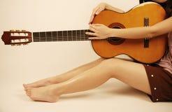 Muchacha que sostiene una guitarra Fotografía de archivo
