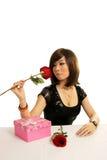 Muchacha que sostiene una rosa fotografía de archivo