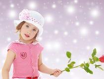 Muchacha que sostiene una rosa Imagen de archivo