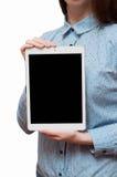 Muchacha que sostiene una tableta Foto de archivo libre de regalías