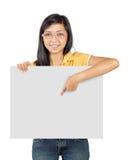 Muchacha que sostiene una tarjeta Imagen de archivo libre de regalías