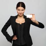 Muchacha que sostiene una tarjeta de visita Fotografía de archivo
