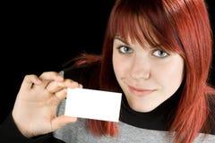 Muchacha que sostiene una tarjeta en blanco fotografía de archivo libre de regalías